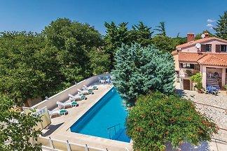 Die geräumige Villa ist komfortabel eingerichtet und liegt in einer ruhigen Gegend. Es hat einen großen Pool (60 m2), der mit den Gästen der Villa Julia geteilt wird.