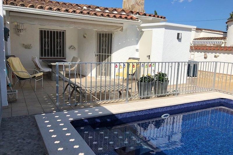 Pool mit Terrassenbereich