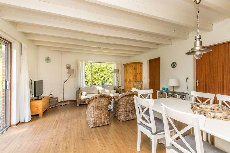 Das helle, gemütlich eingerichtete Wohnzimmer