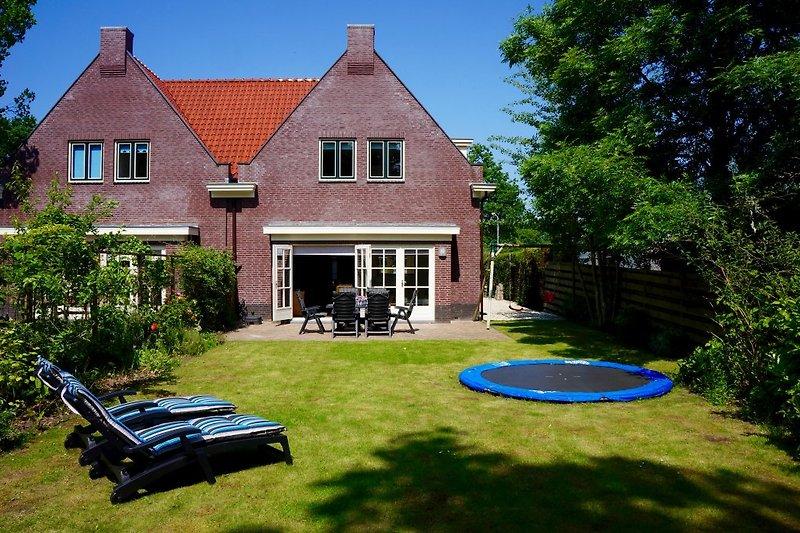 "Das luxuriöse, geräumige Ferienhaus ""De Zeeschelp"" mit umzäuntem Garten"