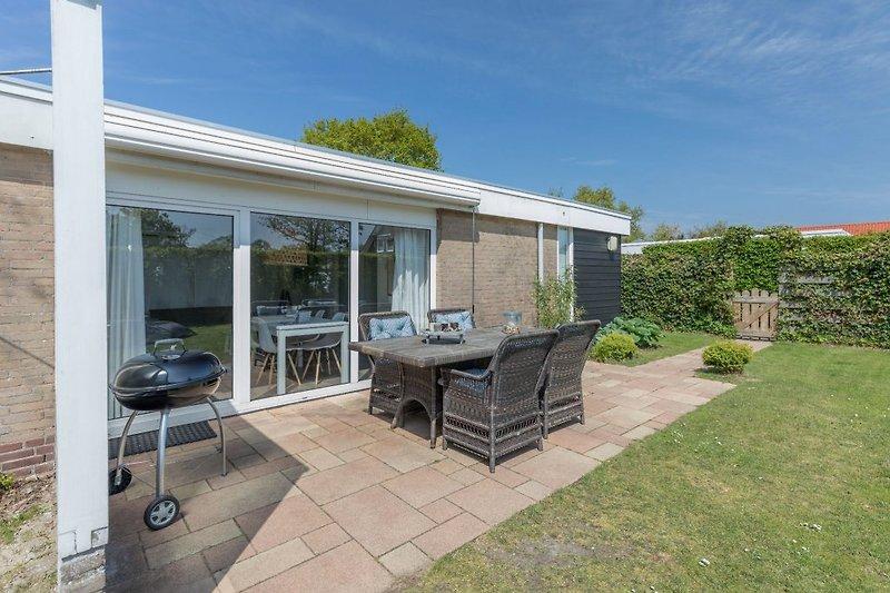 Die Terrasse mit komfortabler Gartengruppe und Grill
