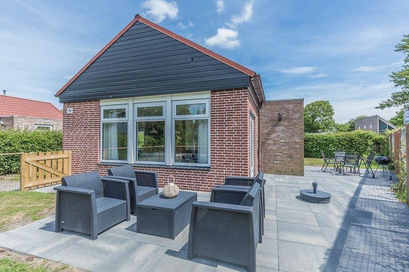 Das gemütliche, neu eingerichtete Ferienhaus mit eingezäuntem Garten mit Loungeset