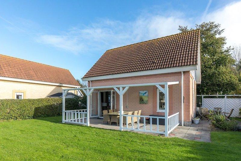 Die schöne Villa mit einer geräumigen Veranda