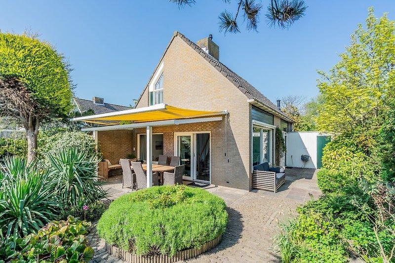 Freistehende Ferienhaus mit sonnigem Garten (Winterfoto)