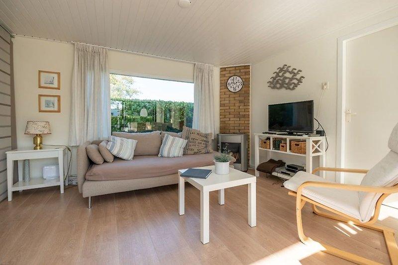 Das helle, gemütliche eingerichtete Wohnzimmer