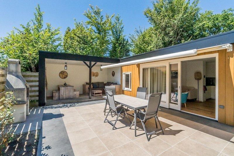 Die große, sonnige Terrasse mit Gartengruppe und Liegen