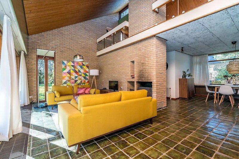 Das gemütliche Wohnzimmer (im Vintage-Stil) mit Kamin