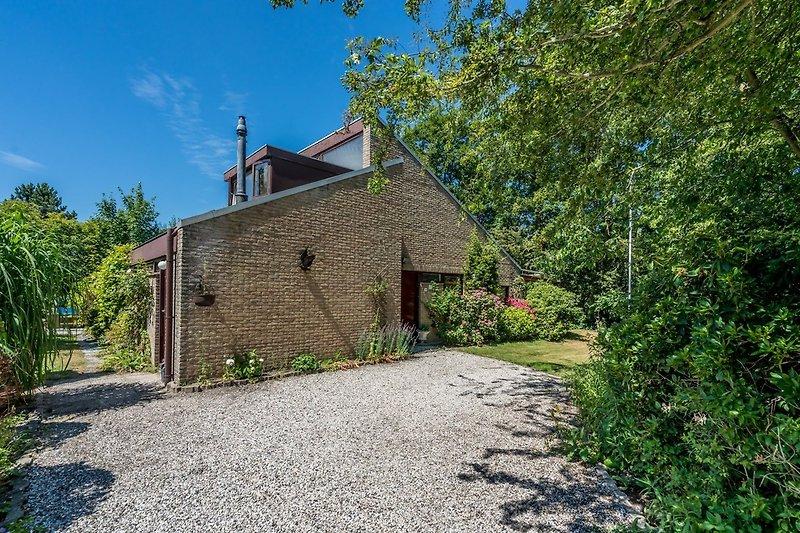 Das Familienhaus mit einem umzäunten Garten
