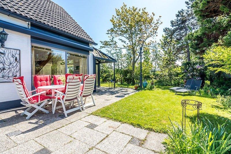 Der sonnige, große Garten mit Terrass