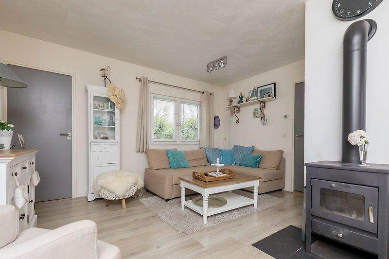 Stilvoll eingerichtetes Wohnzimmer mit Holzofen