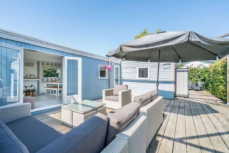 Die große, sonnige Terrasse mit Lounge-Ecke