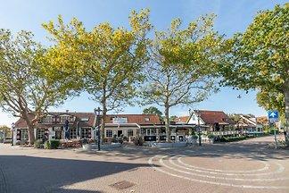 Nur einen Steinwurf von Dünen, Strand und Försterei Westerschouwen entfernt, liegt dieses gemütliche, freistehende Ferienhaus für 6 Personen. Eingezäunter Garten (550 m2)!