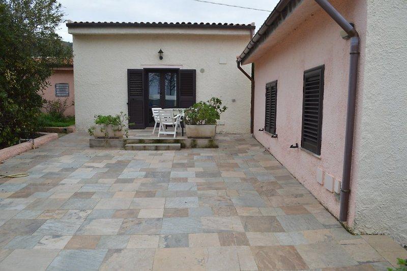 Außenansicht- Eingang der Villa mit großer Terrasse