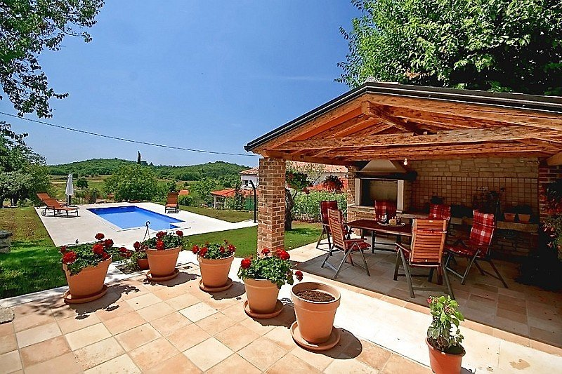Überdachte Terrasse mit Pool