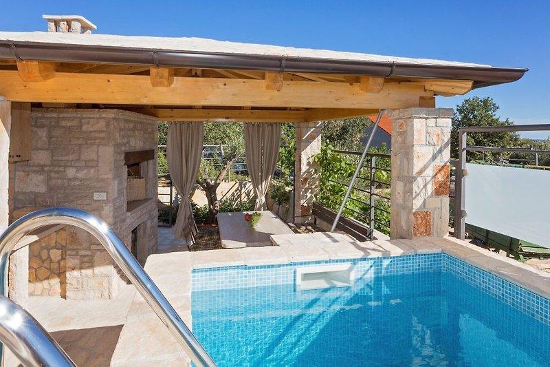 Pool und die Terrasse