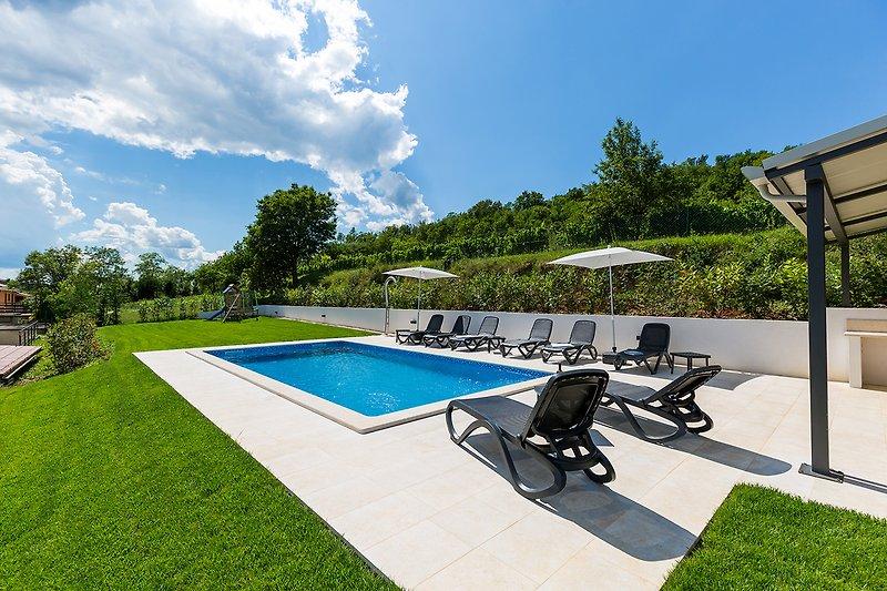 Garten mit Schwimbad