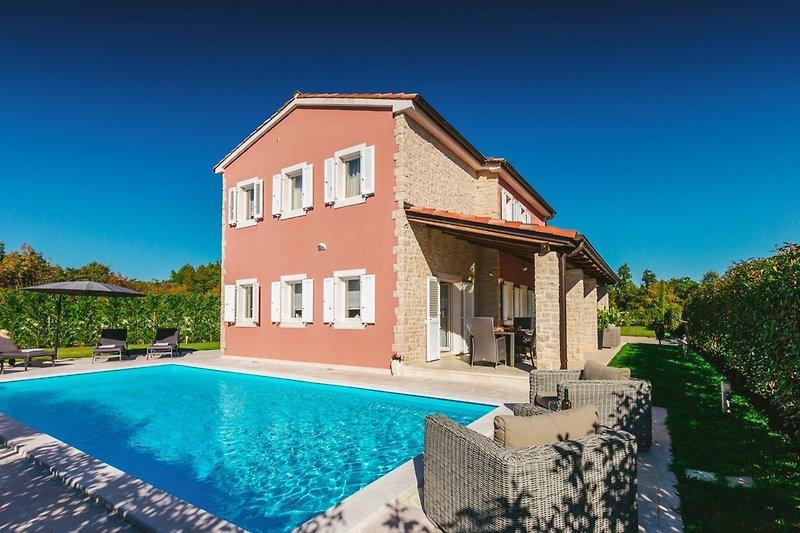 Außenansicht an Villa mit Pool