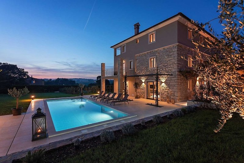 Haus mit Pool bei Nacht