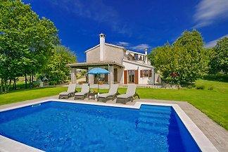 Villa Garibaldi mit Pool und Abgeschlossenes Grundstück, geeignet für 6-8 Personen und befindet sich 7,5 km von Buzet.