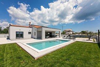Villa Martini liegt im kleinen Ort Radeki polje in Südistrien. Das Ferienhaus ist 9 km vom Meer und 10 km von Pula entfernt.