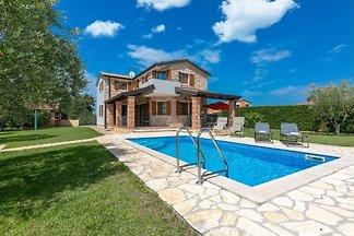 Villa Vera mit Salzwasser Pool liegt in der Idylle der ländlichen Umgebung nur 10 Minuten Autofahrt vom Strand und der Stadt Poreč.