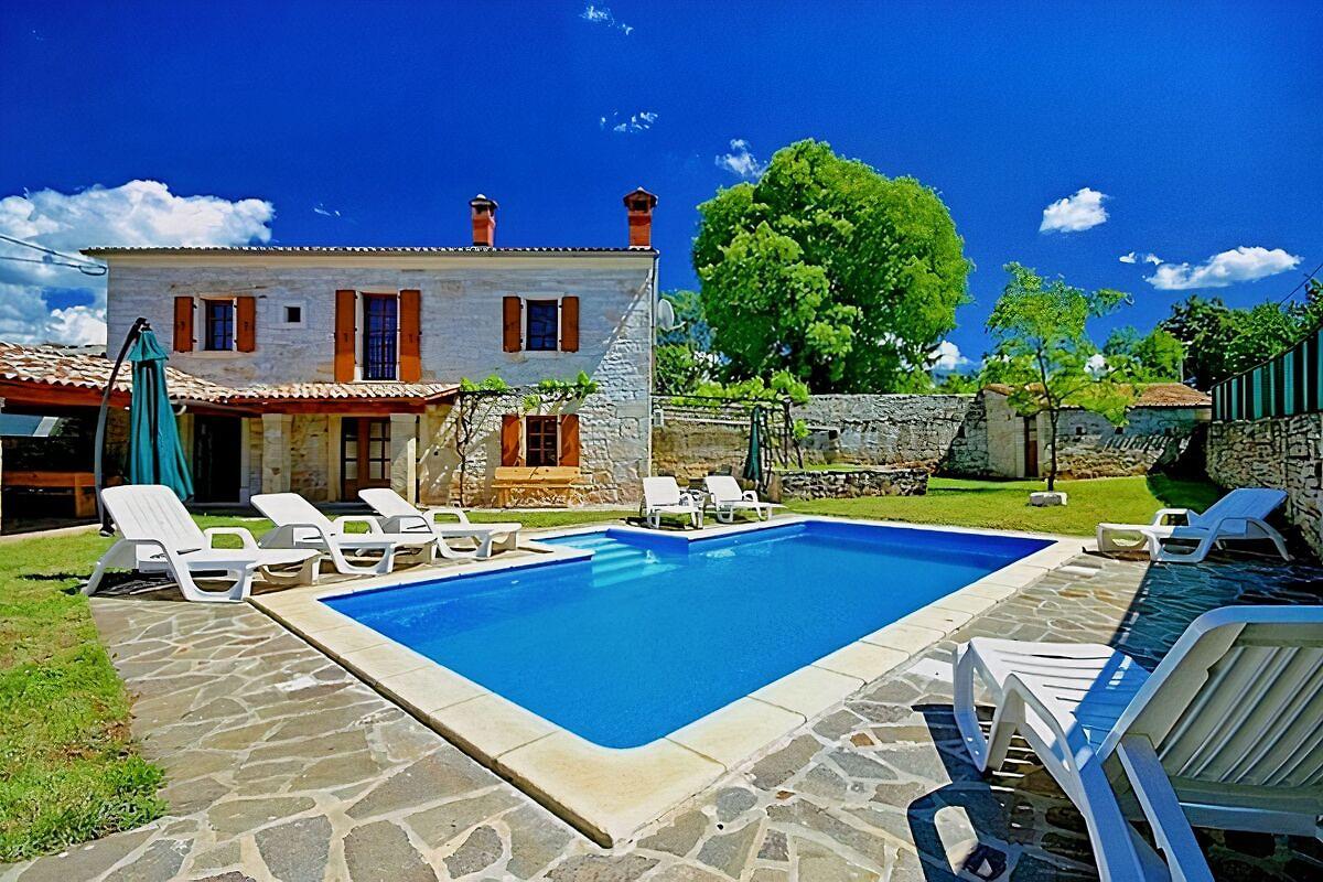 Villa david ferienhaus in tinjan mieten for Haus mit pool mieten