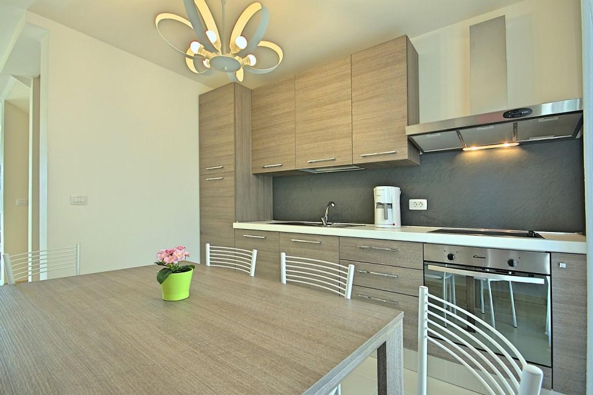 Appartamento adriano 2 appartamento in cittanova affittare for Piani di casa con 5 camere da letto con stanza bonus