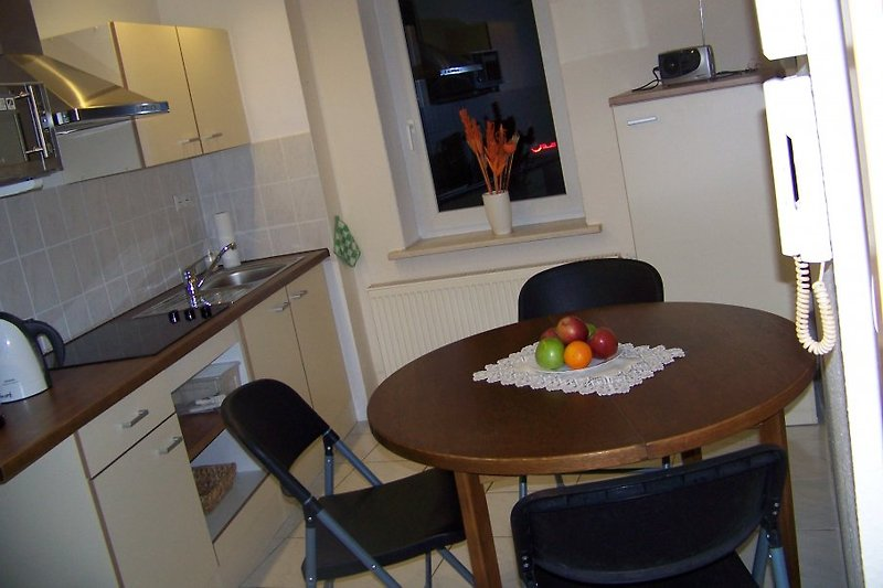 Küche mit Kühlschrank, Mikrowelle, Kochfeld, Wasserkocher, Senseo Kaffeemaschienele