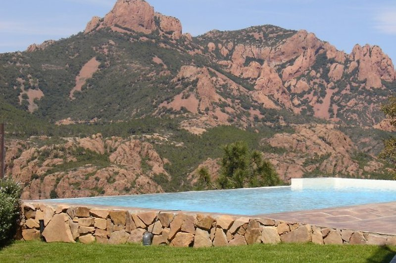 swimming pool with view on Esterel Massif