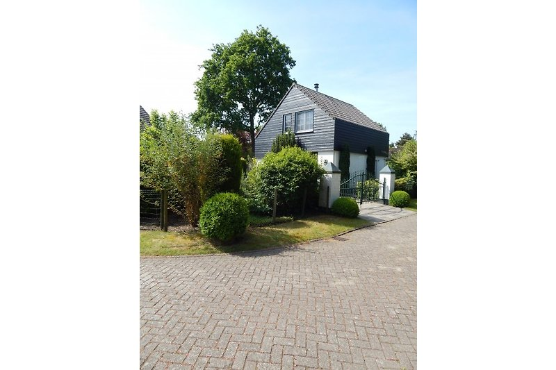 Haus, Garten links, Einfahrt