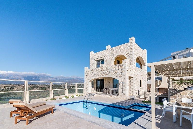 Villa Avgoro mit Pool