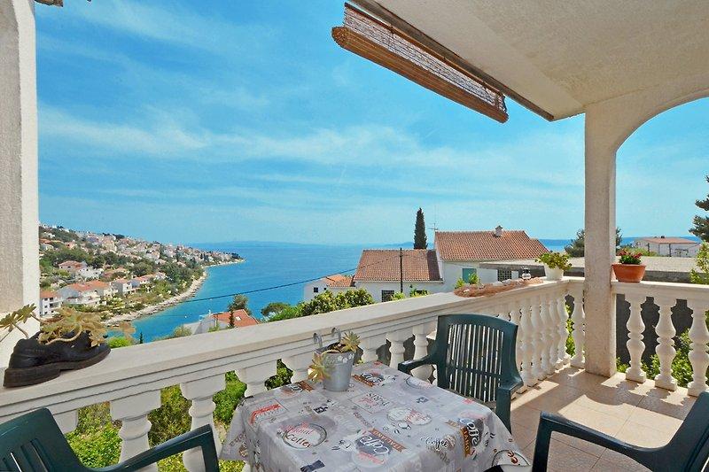 Terrasse mit Blick aufs Meer