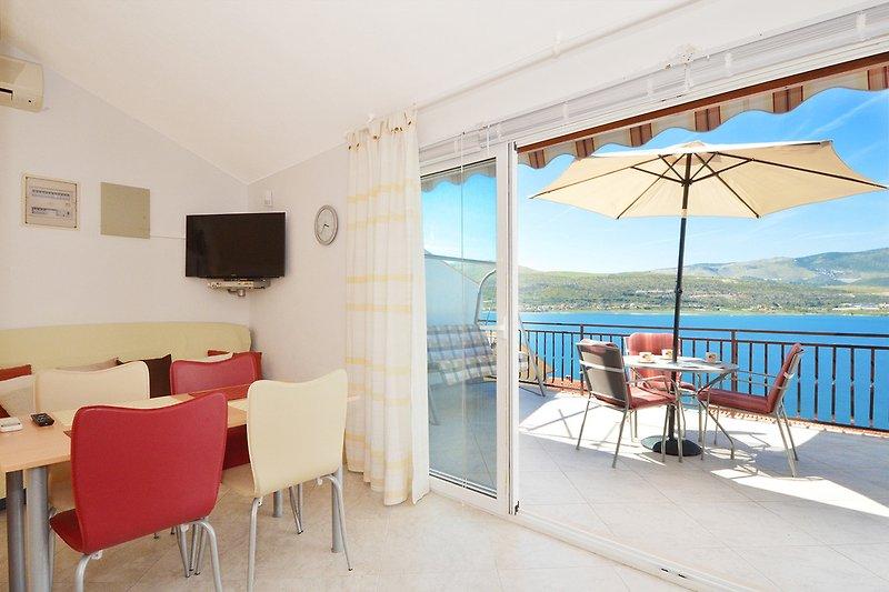 Wohnzimmer Bereich & Balkon mit Meeresblick