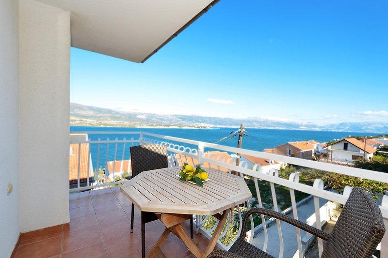 Privater Balkon mit Blick aufs Meer