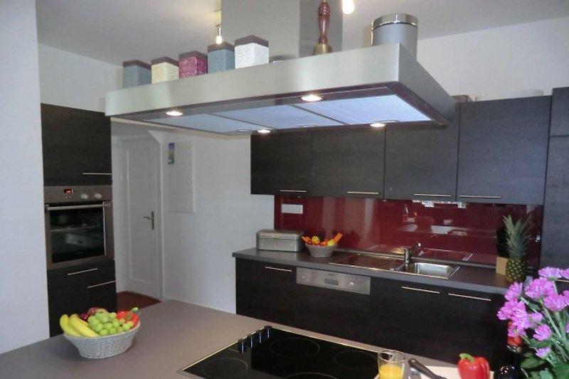 Moderne Einbauküche mit reichlich Geschirr und allem was Sie brauchen