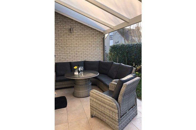 Terrasse am Küchenausgang mit Chill-Out Möbeln
