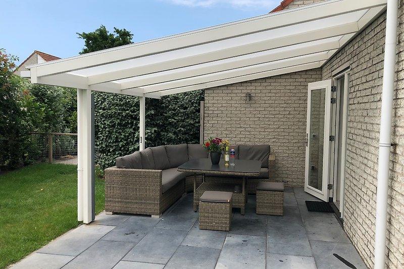 4x4m große überdachte Terrasse mit Vertikalmarkise