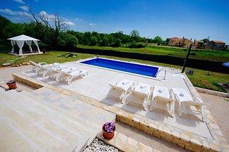 Villa increíble en Tinjan