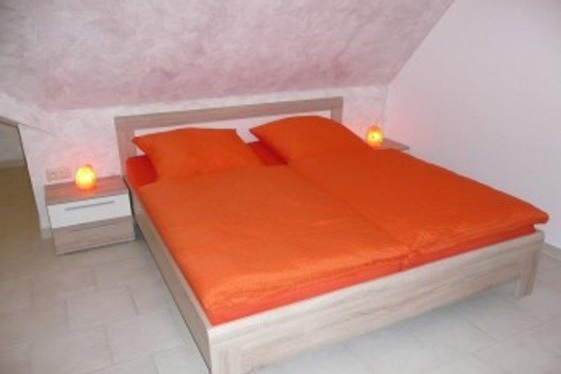 Schlafzimmer mitDoppelbett, Aufbettung und Kinderbett