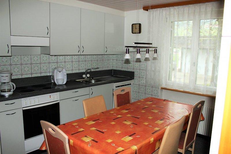 Küche, mit grossem Kühlschrank und Gefrierfach, Kaffeemaschine, Haushaltgeräte etc.