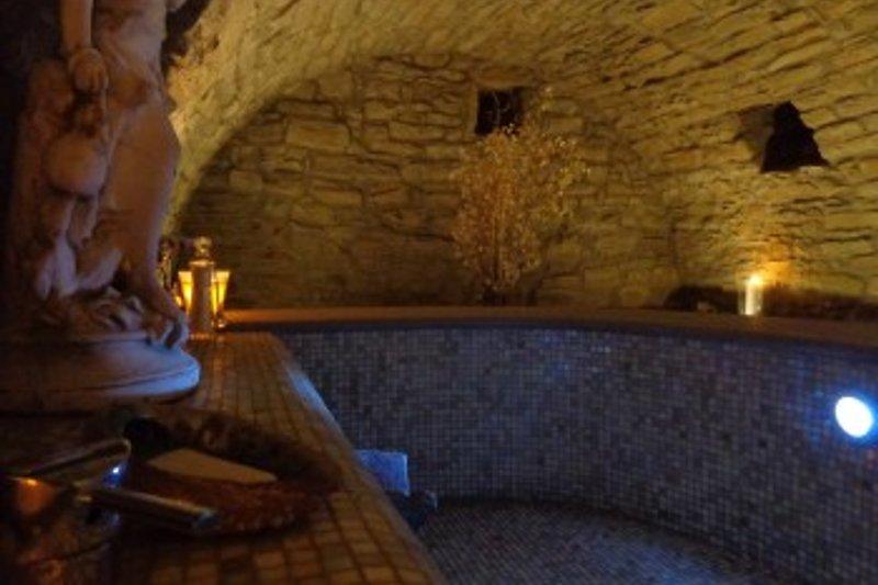 Entspannungsraum mit Warmwasserbrunnen und Dusche