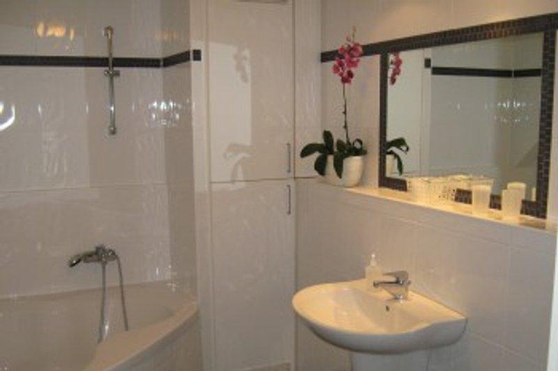 Badezimmer mit großer Eckbadewanne
