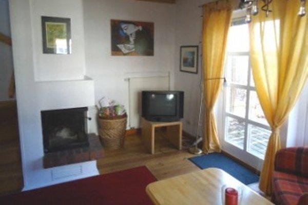 Blick von der Couch Richtung Kamin und TV