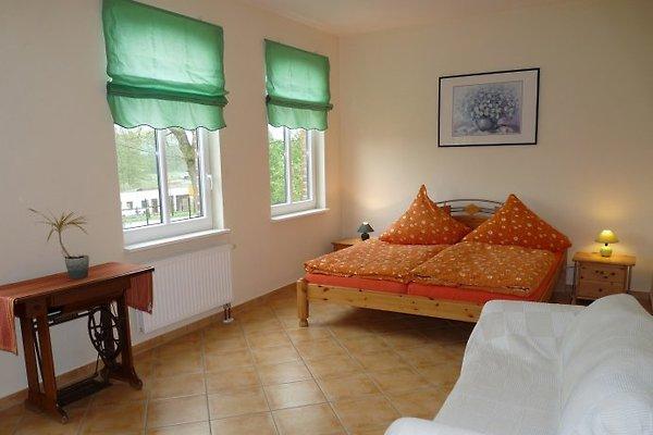 Blick in das geräumige Schlafzimmer mit Doppelbett und Schlafcouch