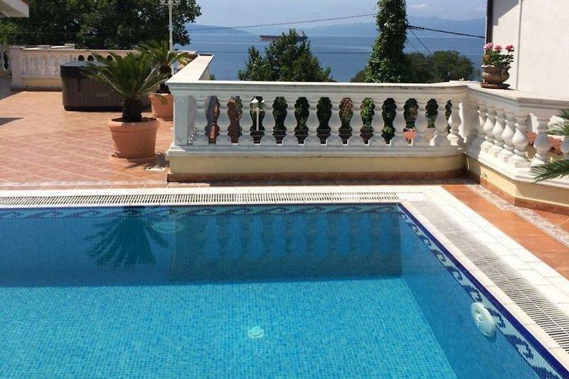 Pool mit Meerblick und Terrasse