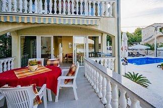 Apartamento con piscina cerca del mar Iz
