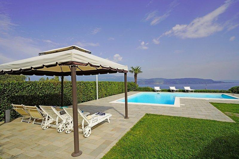 Privatem Pool und wunderbar Seeblick