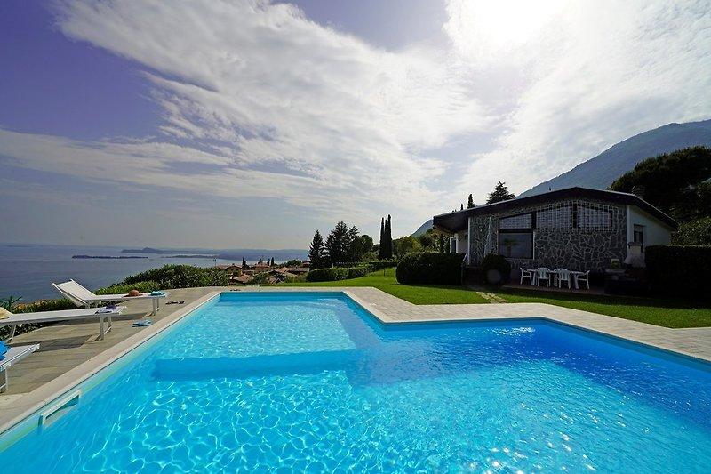 Eigenem Pool der Villa