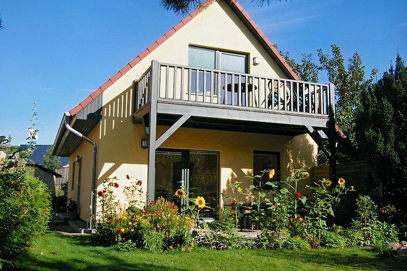 Das schöne neue Ferienhaus mit zwei sonnenseitig liegenden Ferienwohnungen.