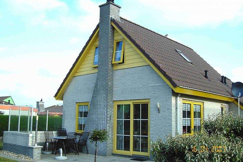 Blick aufs Ferienhaus aus dem Garten (2)